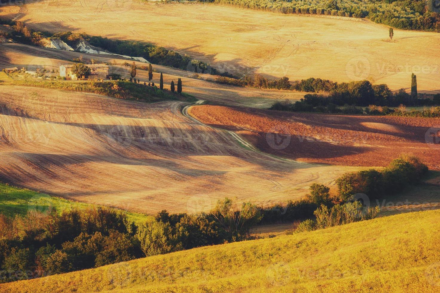 ländliche Landschaft im Licht des Sonnenuntergangs foto