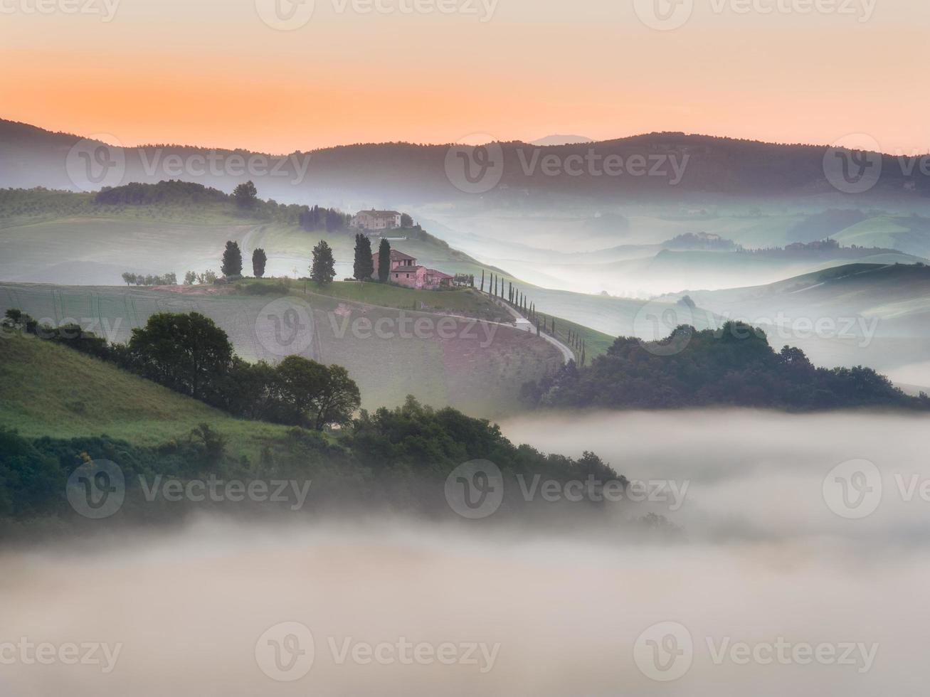 toskanische Felder in Nebel gehüllt, Italien foto