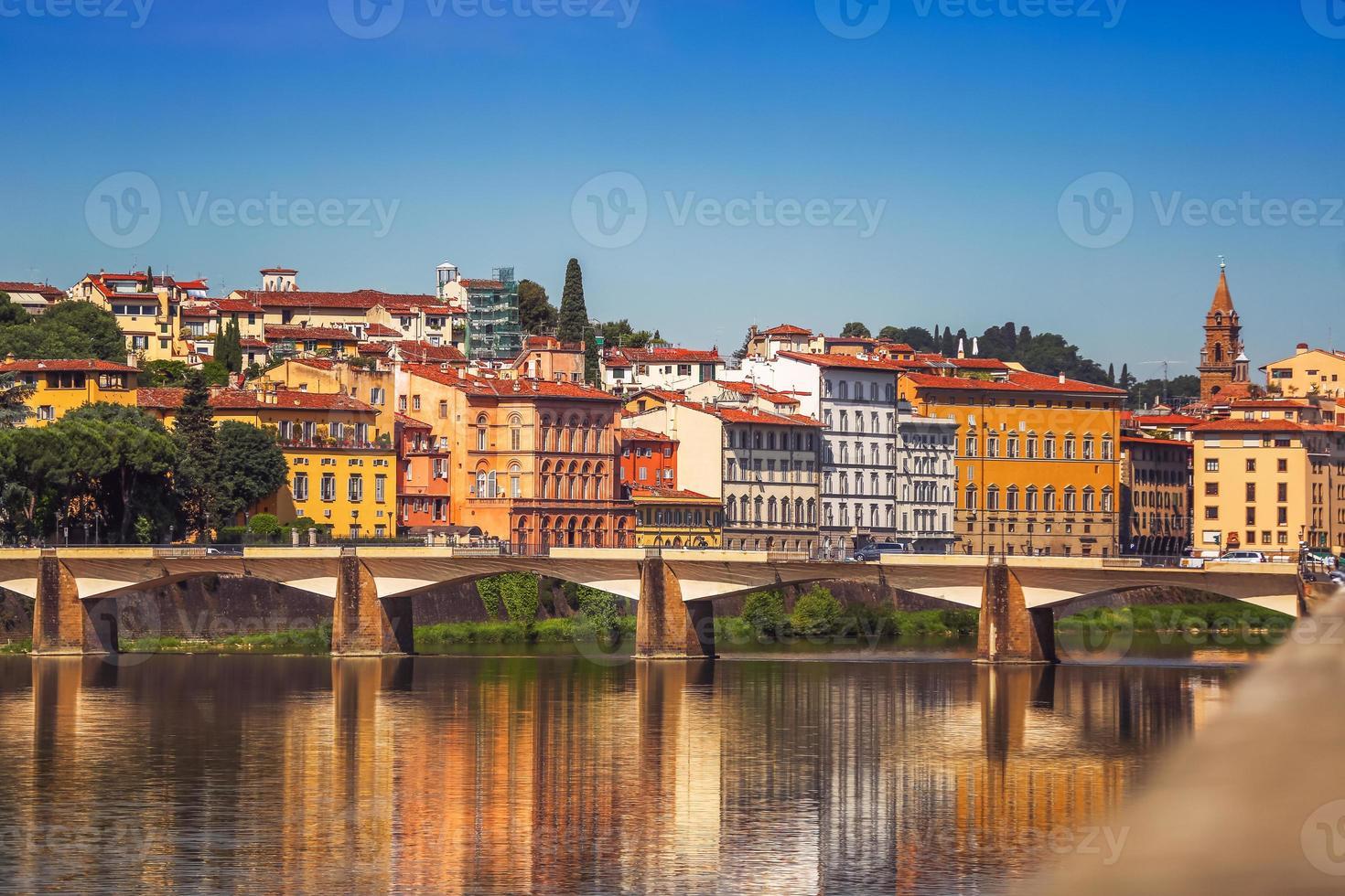 Blick auf Ponte Vecchio mit Reflexionen im Fluss Arno, Florenz, foto