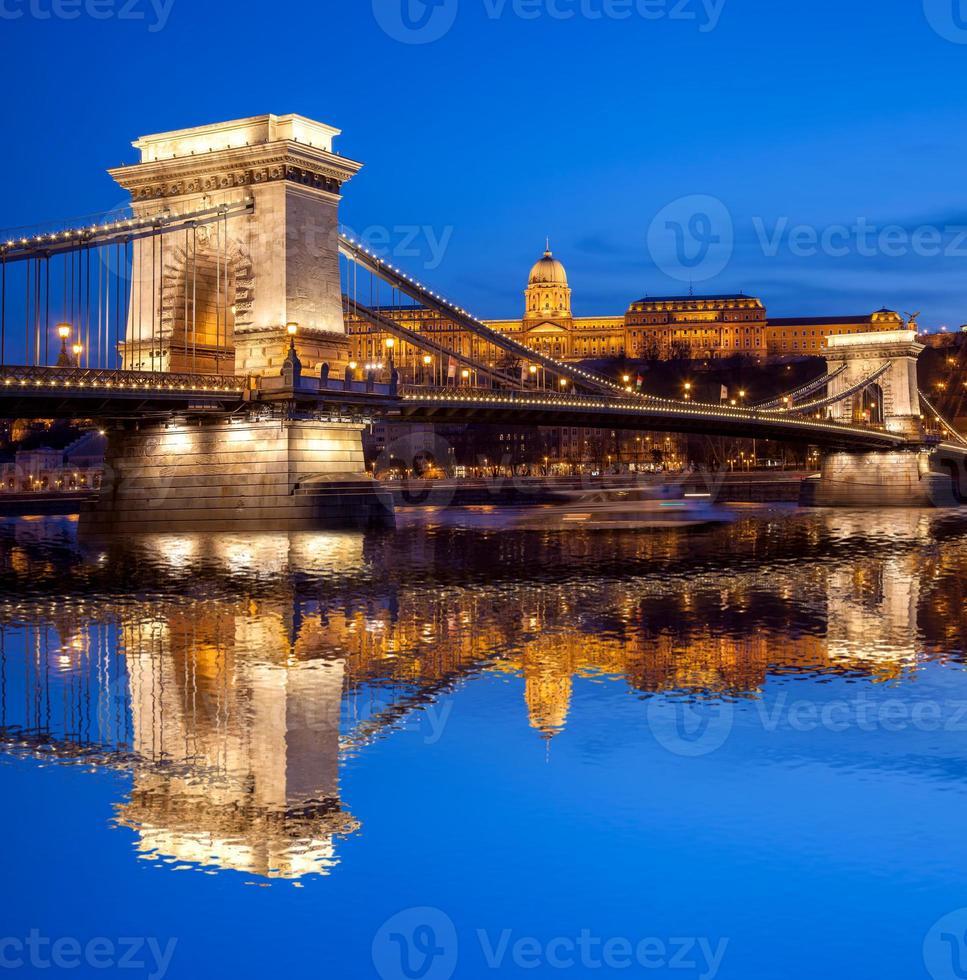Budapester Burg und Kettenbrücke am Abend, Ungarn foto