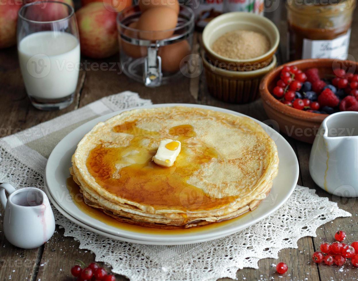 Pfannkuchen mit Ahornsirup foto