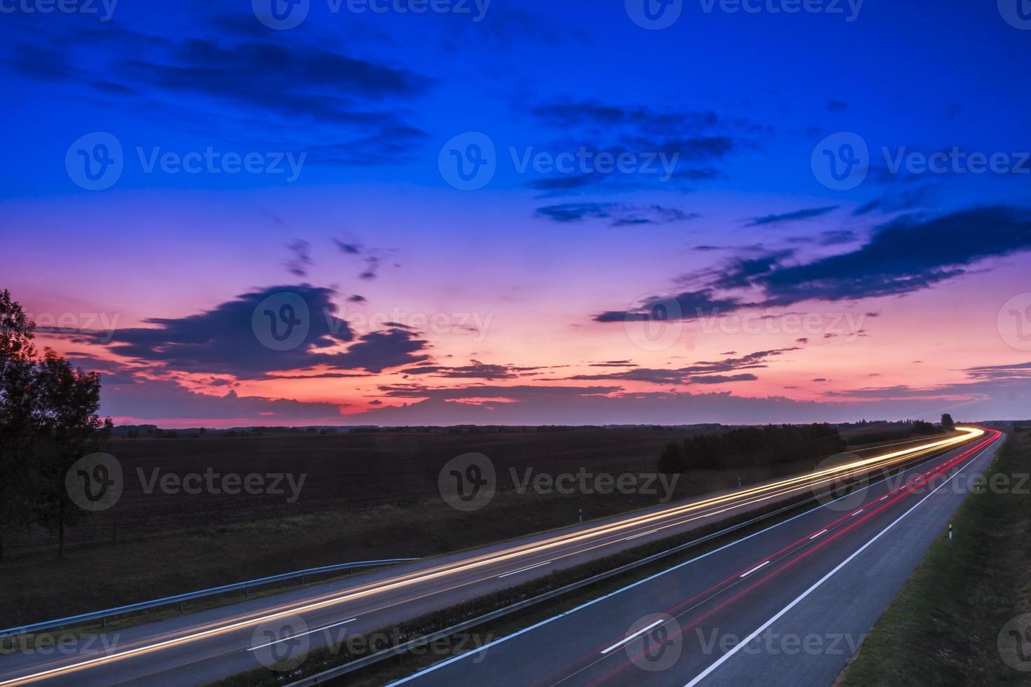 Autos rasen auf einer Autobahn foto