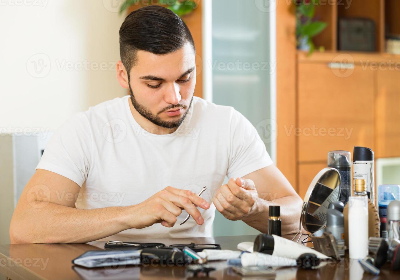 Mann macht Maniküre zu Hause foto