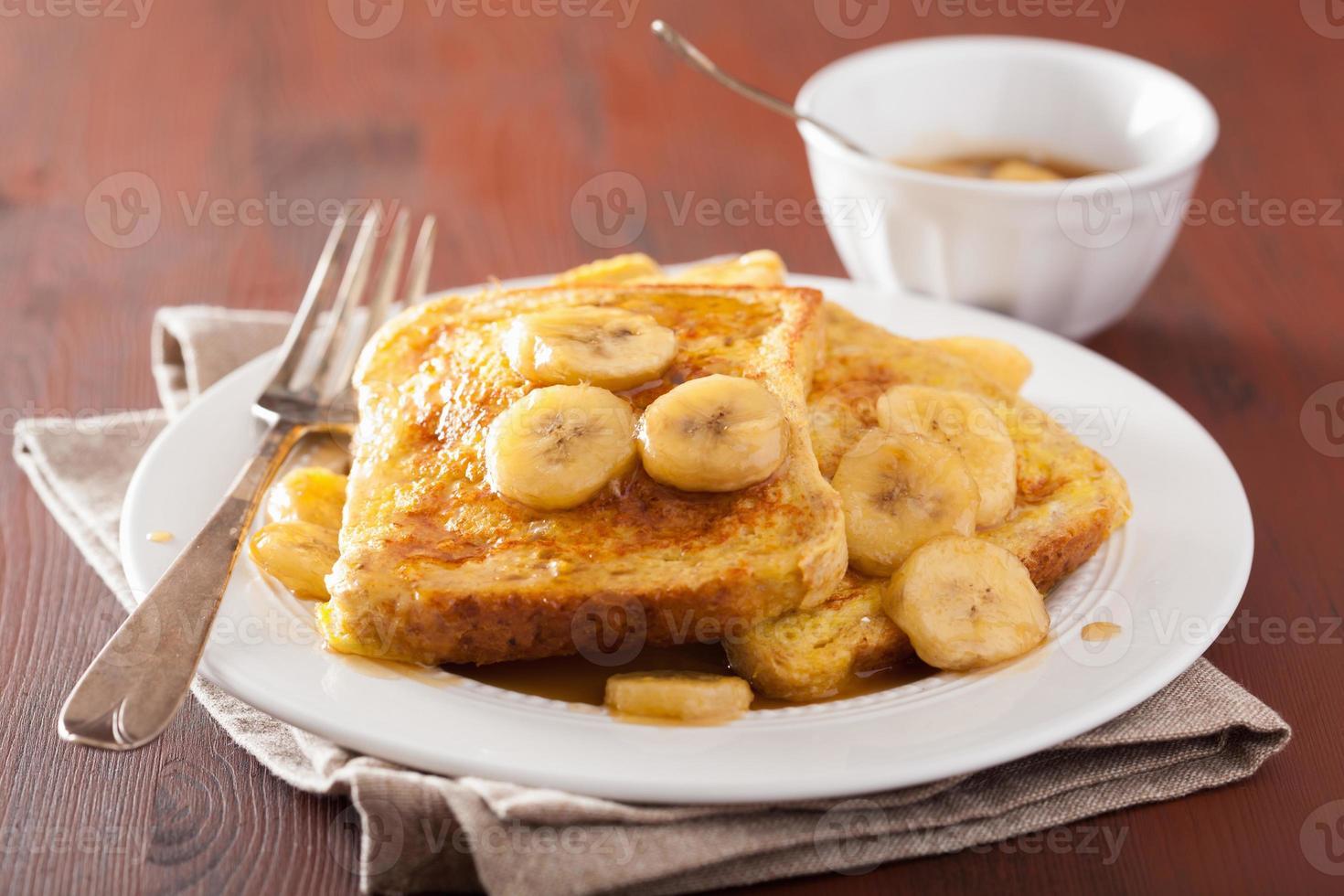 French Toast mit karamellisierter Banane zum Frühstück foto