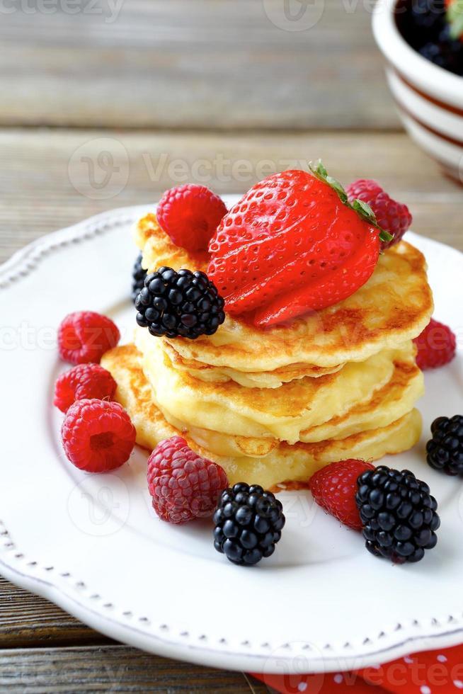 Pfannkuchen mit süßen Beeren foto