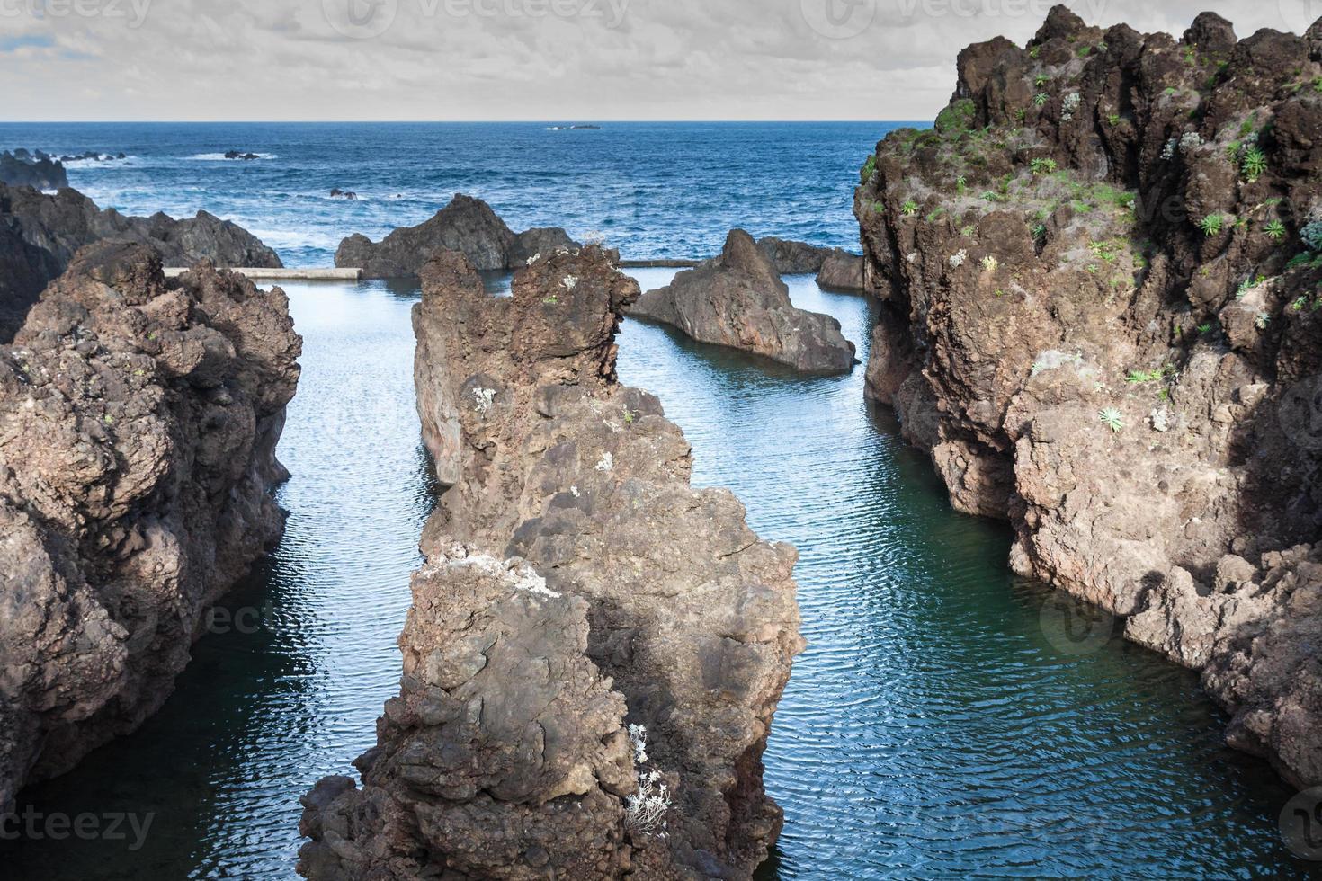 Blick auf die schönen Berge und den Ozean der Insel Madeira, Portugal. foto
