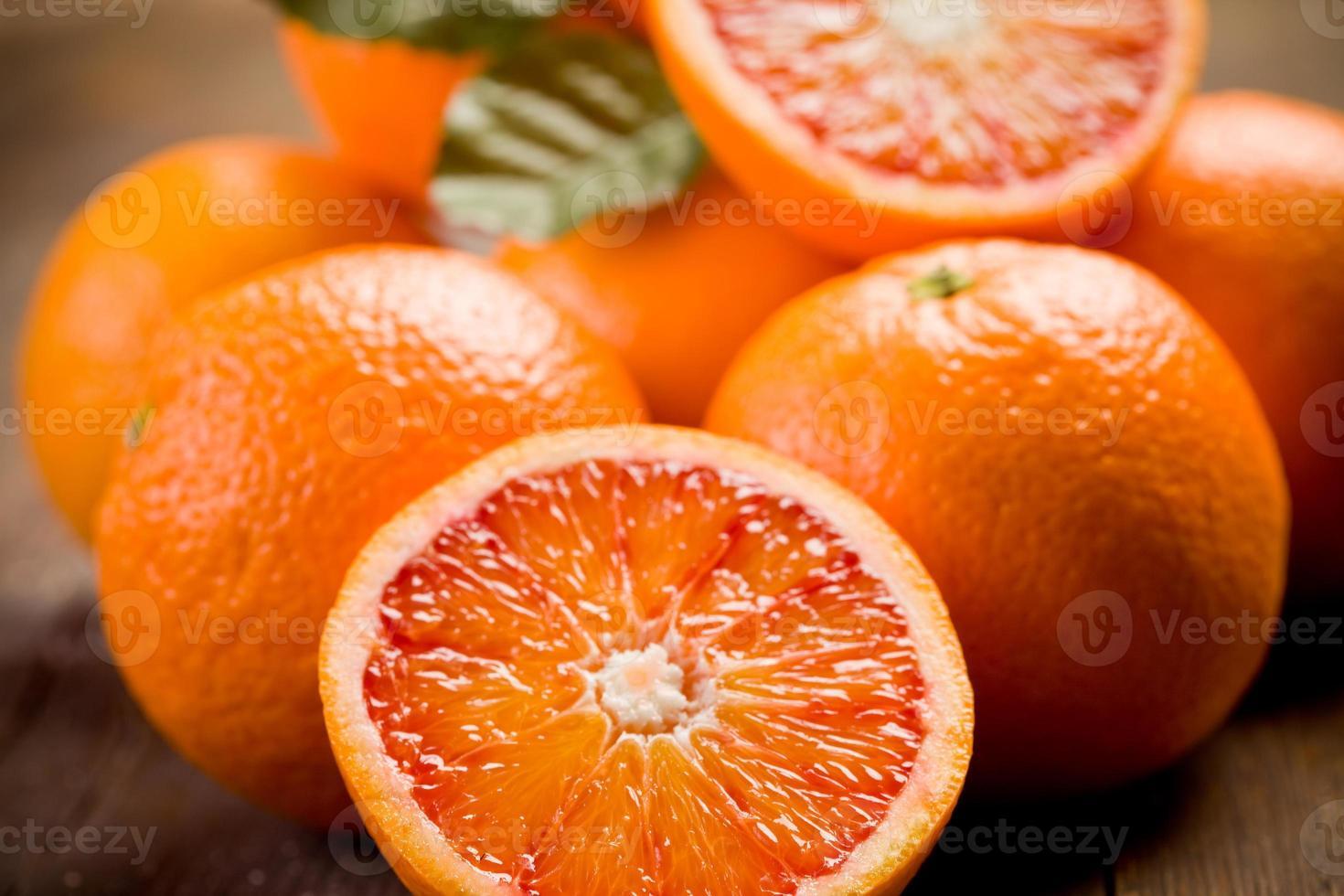 frische Orangen auf Holztisch foto
