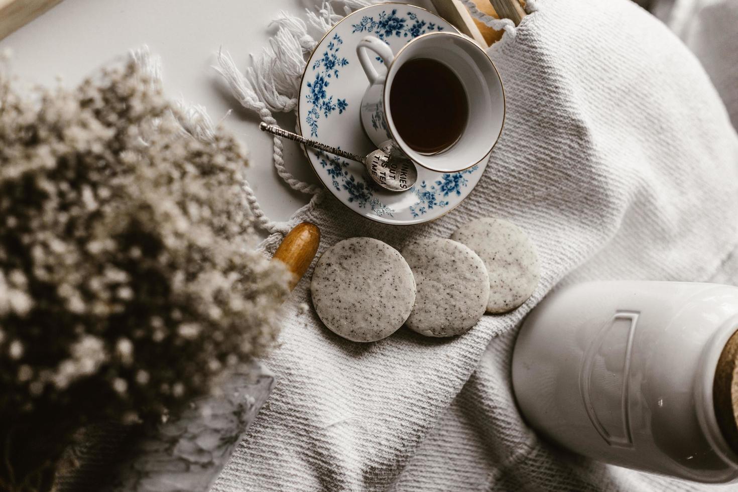 weißer Keramikbecher gefüllt mit Kaffee foto