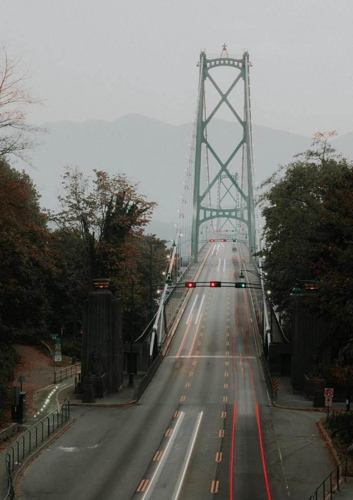 graue Betonbrücke foto