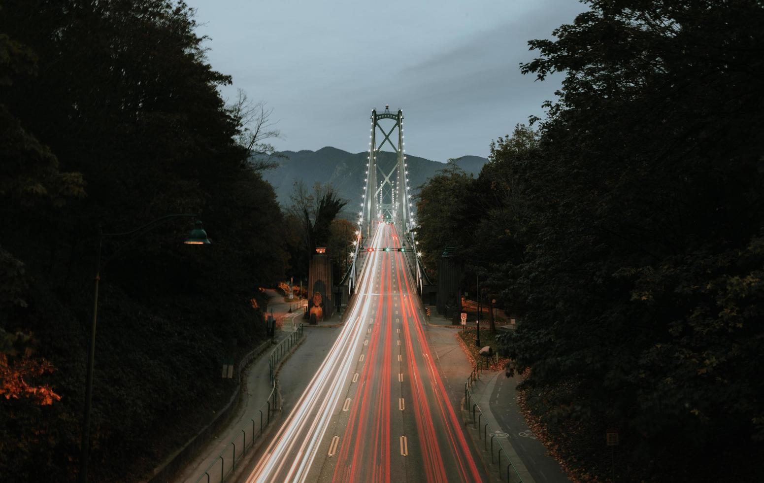 Zeitrafferfotografie der schwarzen und grauen Straße foto