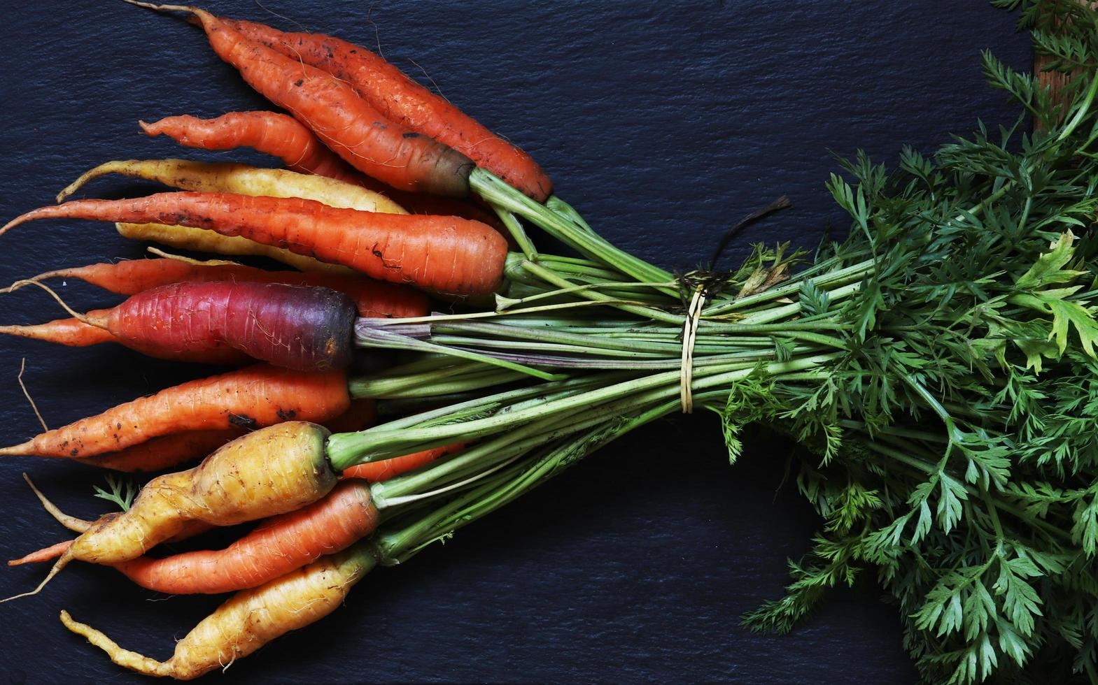 ein paar bunte Karotten foto
