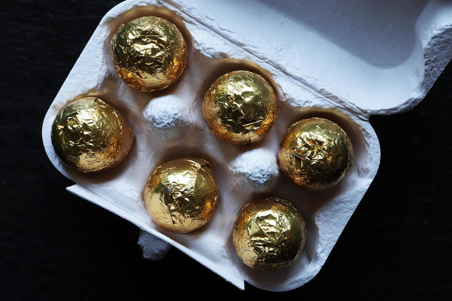 Schokoladen-Ostereier in Goldfolie eingewickelt foto