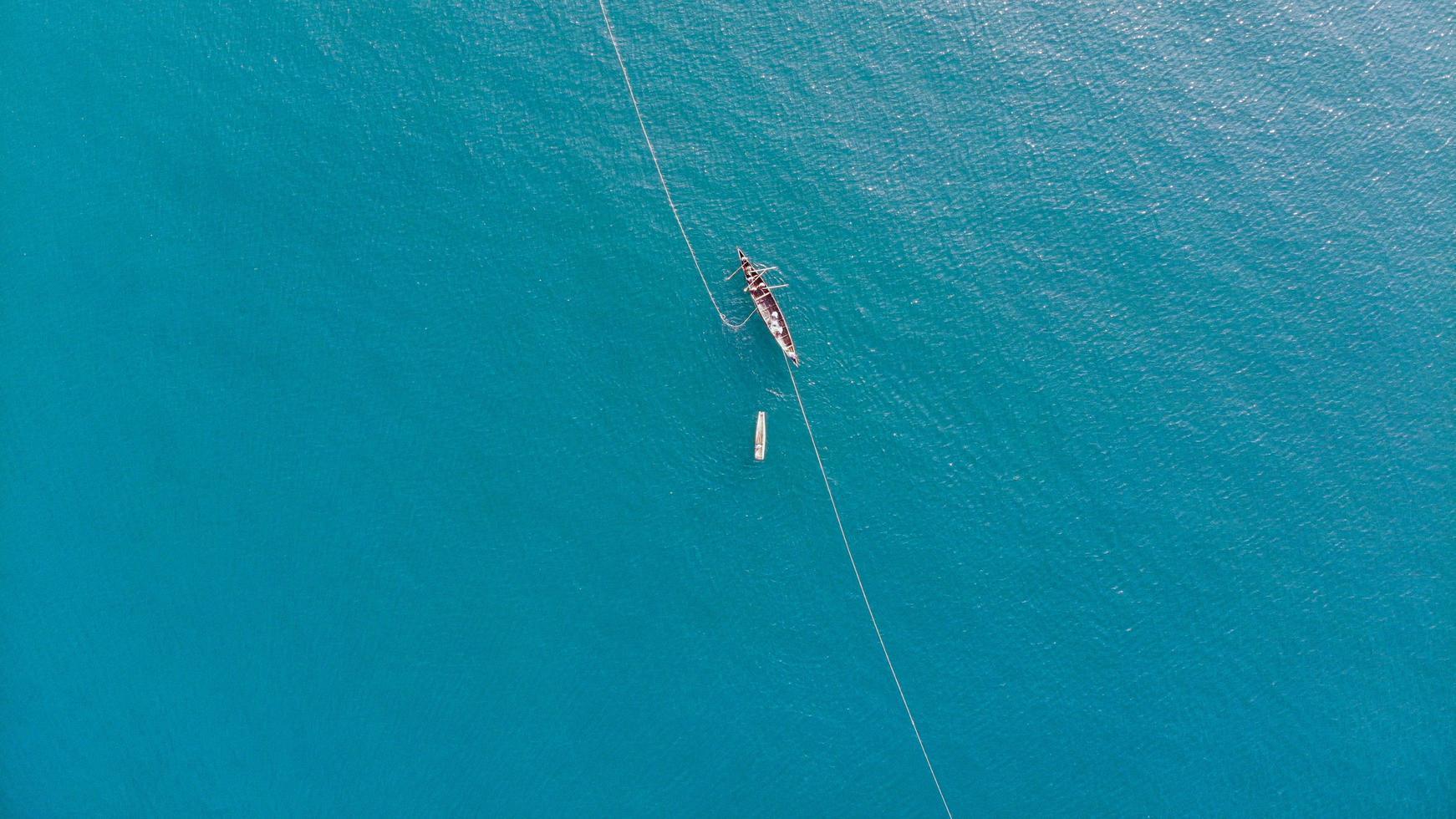 Boot auf einem blauen Meer foto