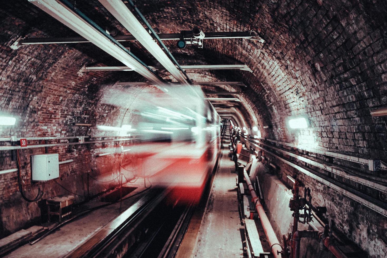 Langzeitbelichtung von weißem und rotem Zug foto