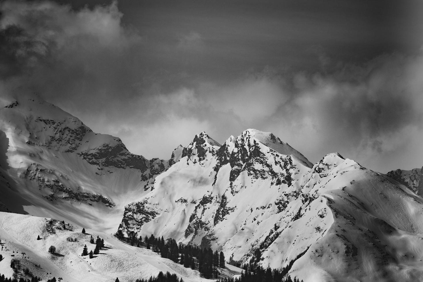 Graustufen von schneebedeckten Bergen foto