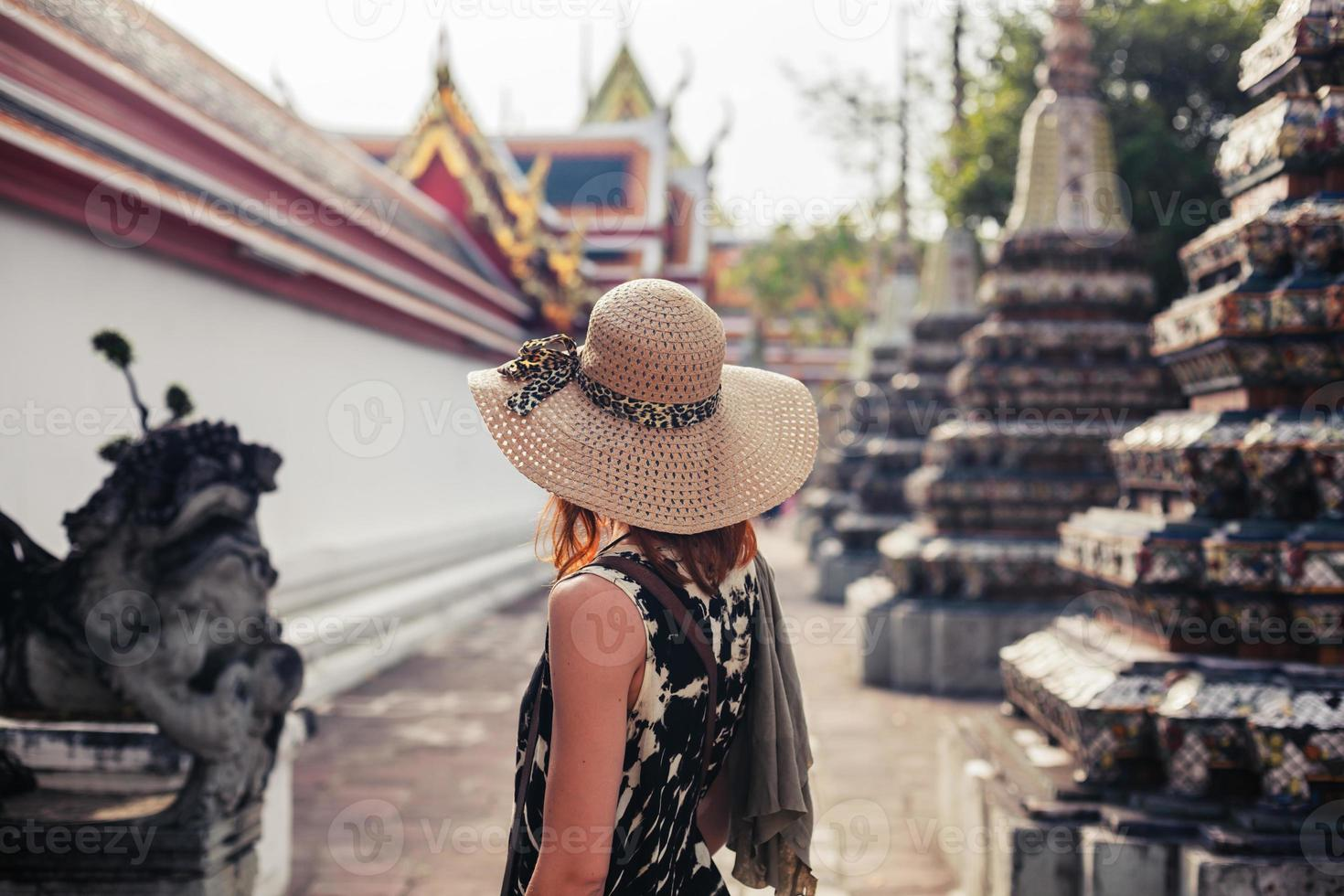 Frau, die buddhistischen Tempel erforscht foto
