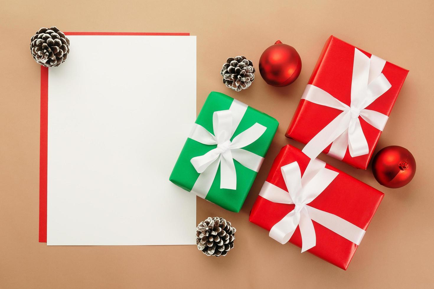 Weihnachtsgrußkartenmodell mit Geschenkboxen foto