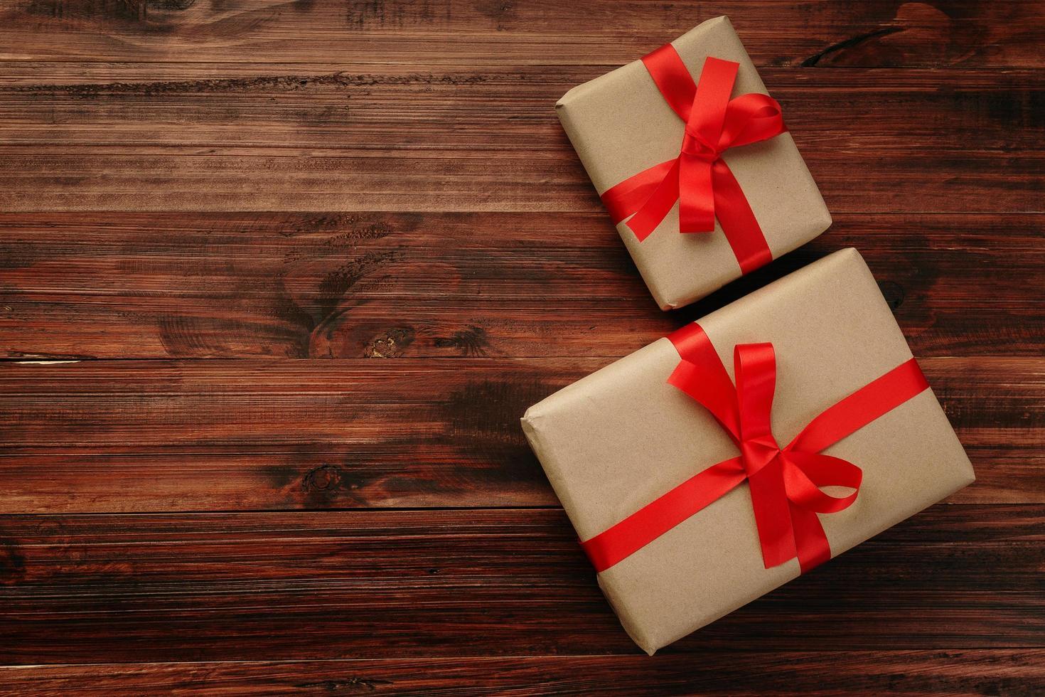 Draufsicht von Weihnachtsgeschenken auf Holzoberfläche foto