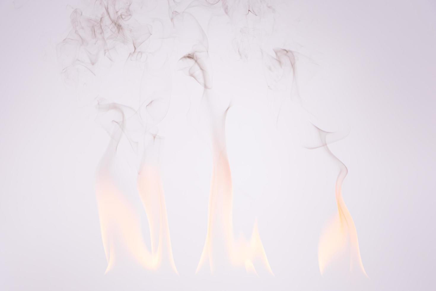 Feuer und Rauch auf weißem Hintergrund foto