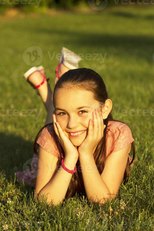 glückliches Mädchen im Park foto