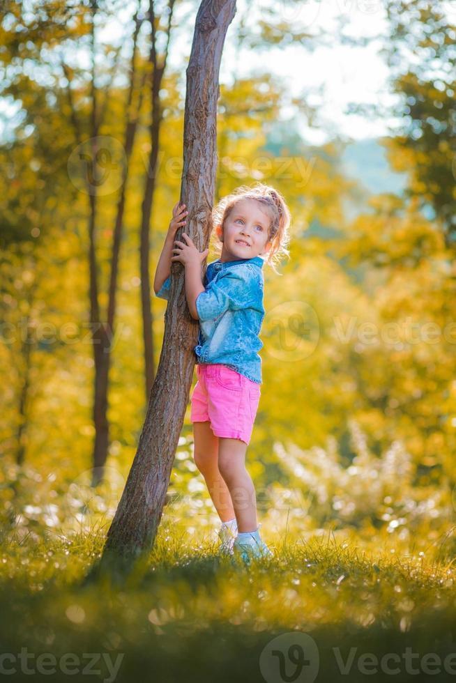Mädchen umarmt einen Baum foto