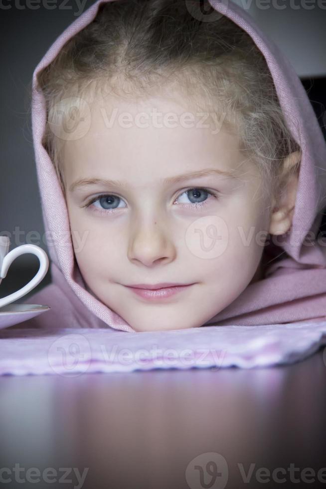 Schönheit kleine Prinzessin mit Tasse foto