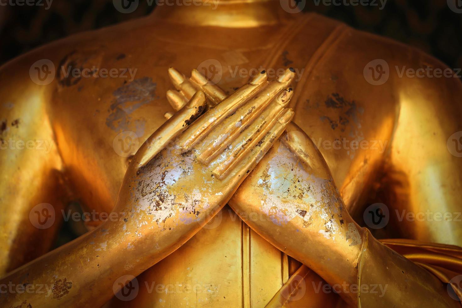 Hand von Goldbuddha in Thailand. foto