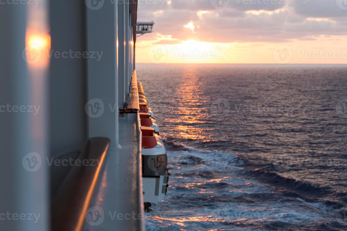 Kreuzer mit Sonnenuntergang im Hintergrund foto