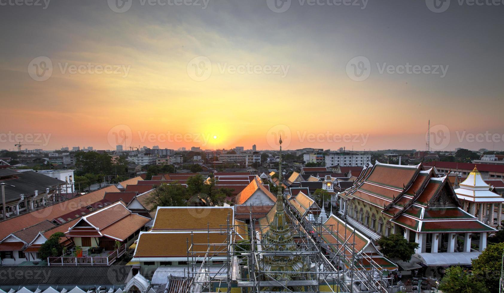 Bangkoks Sonnenuntergang vom Tempel der Morgendämmerung foto