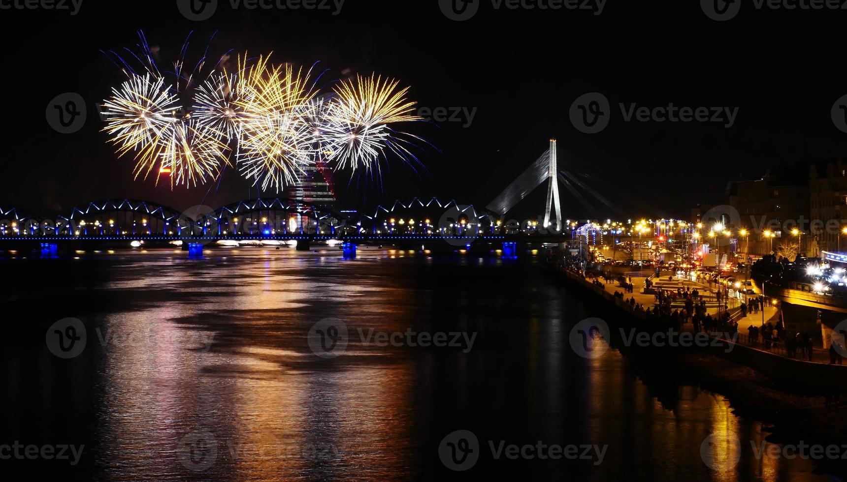 Feuerwerk in der europäischen Großstadt Riga foto