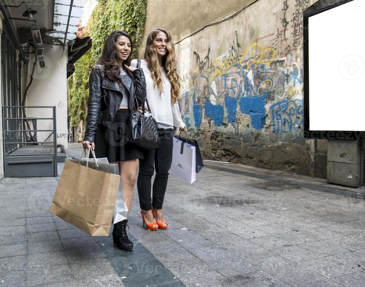 Zwei Mädchen reden und gehen foto