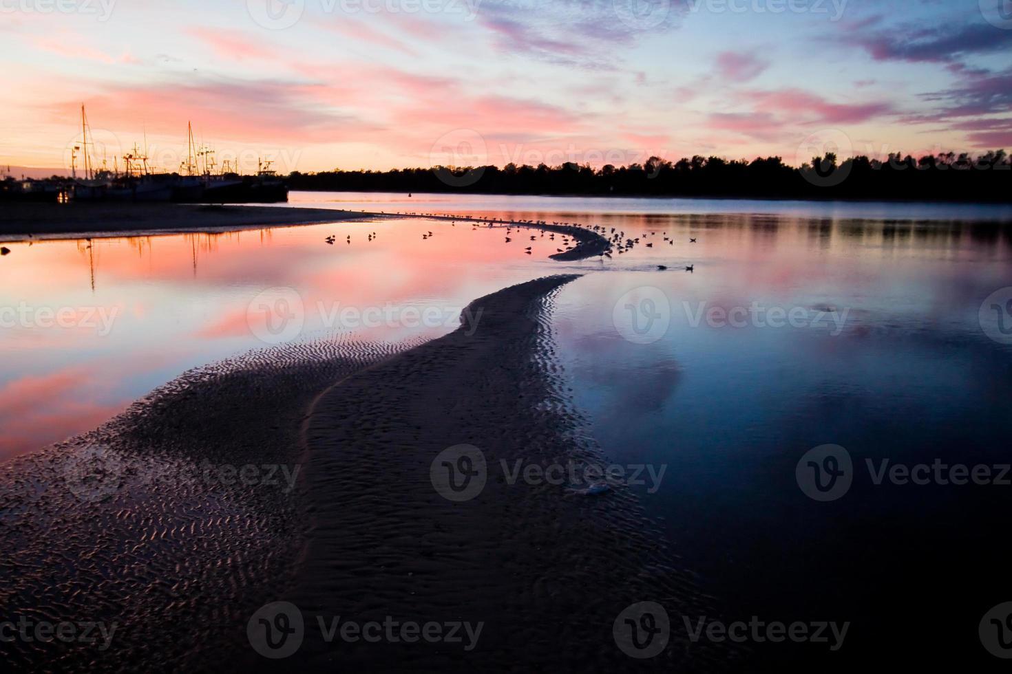 Sonnenaufgang am Eingang des Sees foto