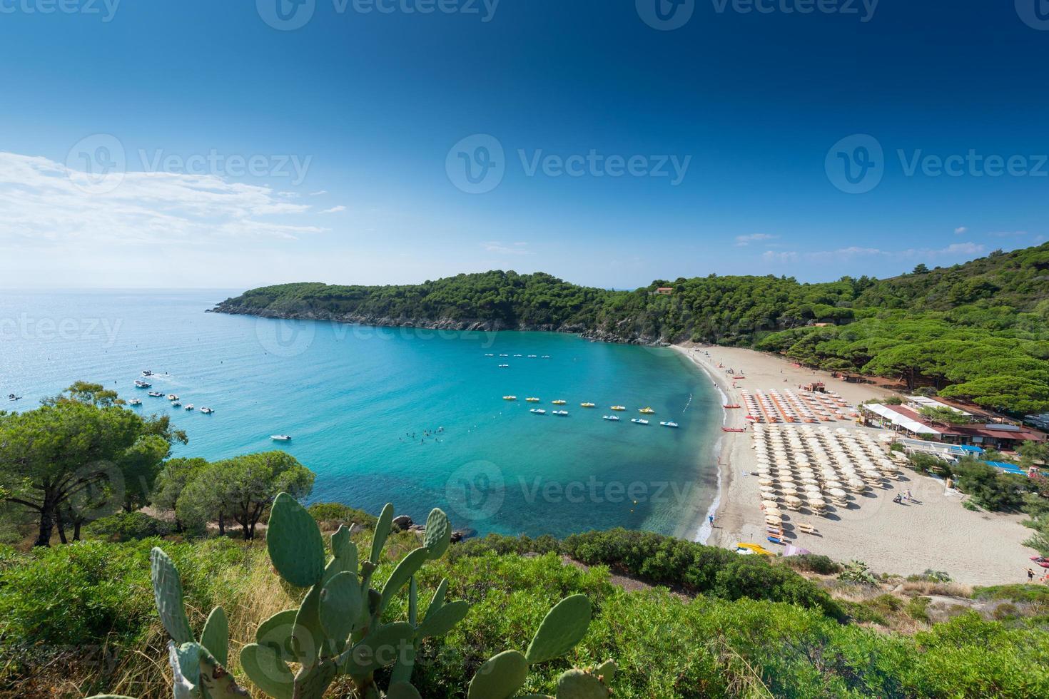 Strand mit Sonnenschirmen in der wunderschönen Bucht von Elba Italien foto