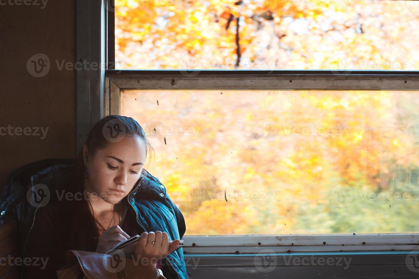Mädchen zieht im Zug foto