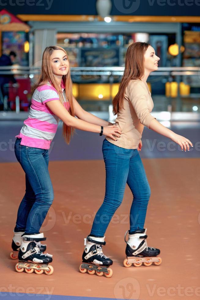 schöne Mädchen auf dem Rollerdrome foto