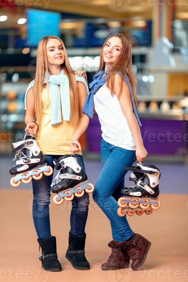 schönes Mädchen auf dem Rollerdrome foto