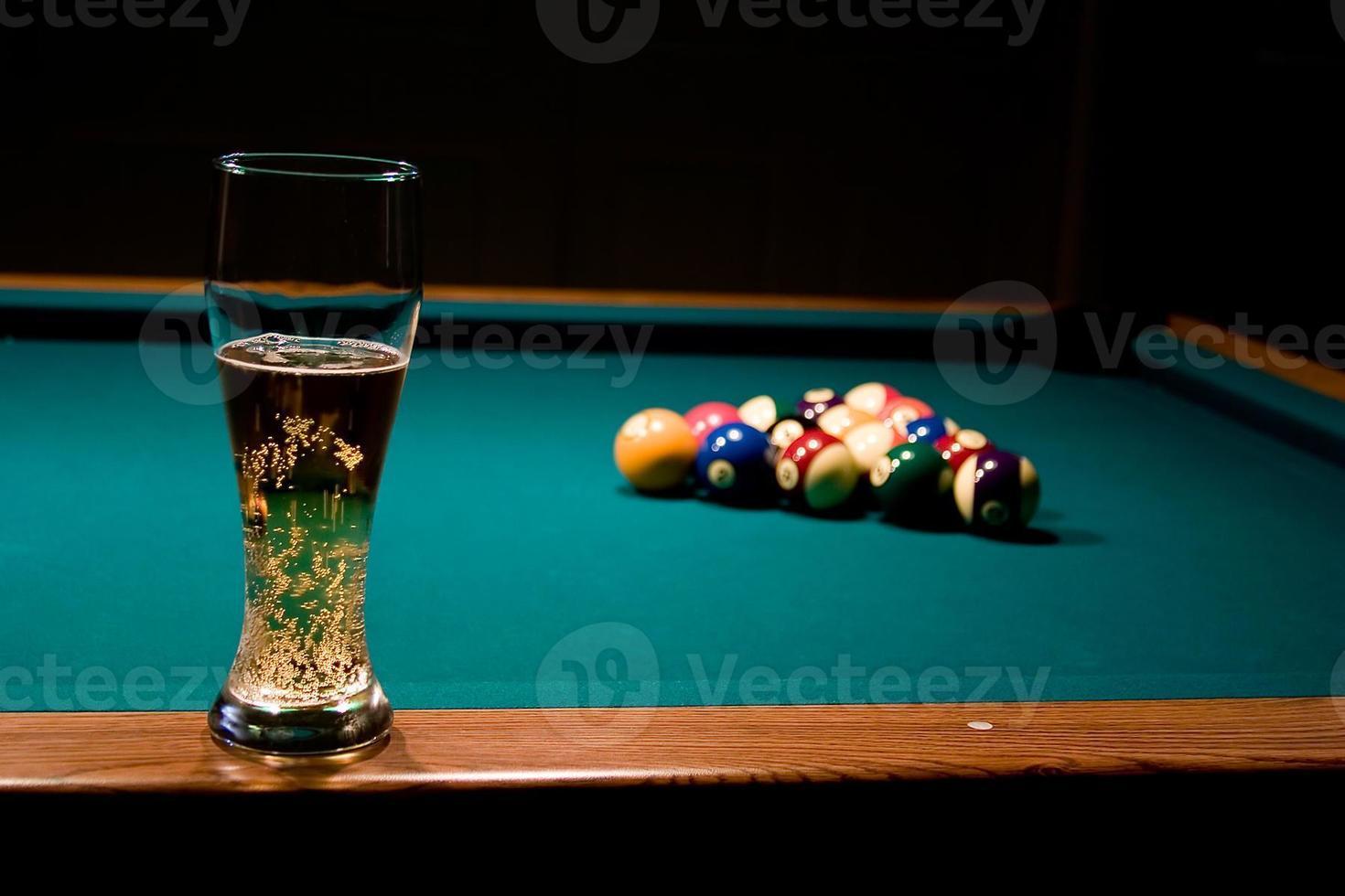 Glas Bier auf dem Billardtisch foto