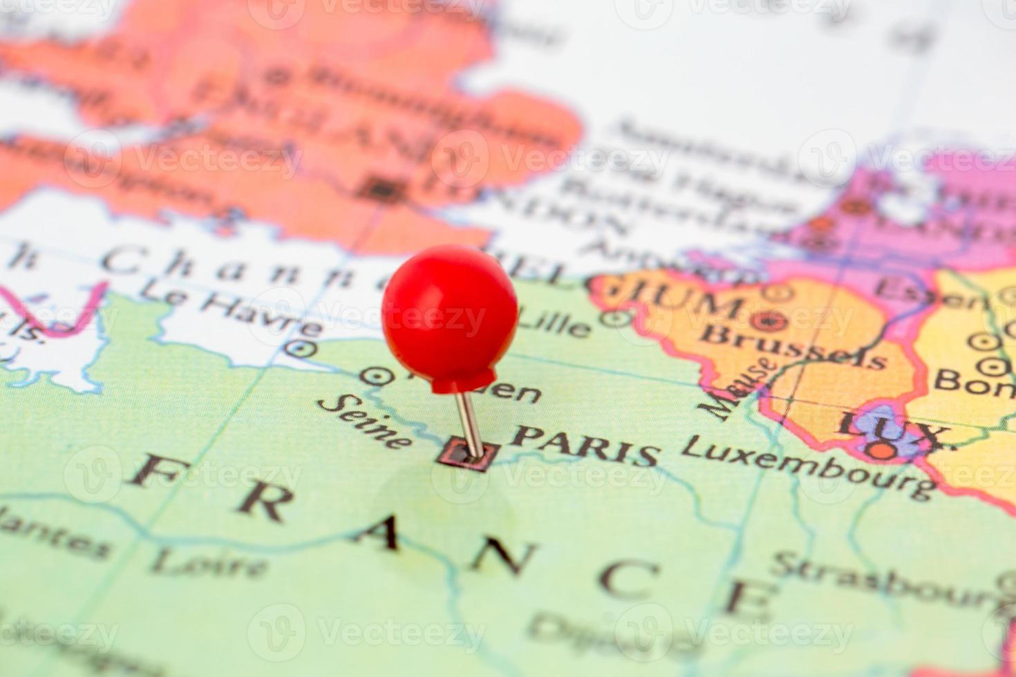 rote Reißzwecke auf der Karte von Frankreich foto