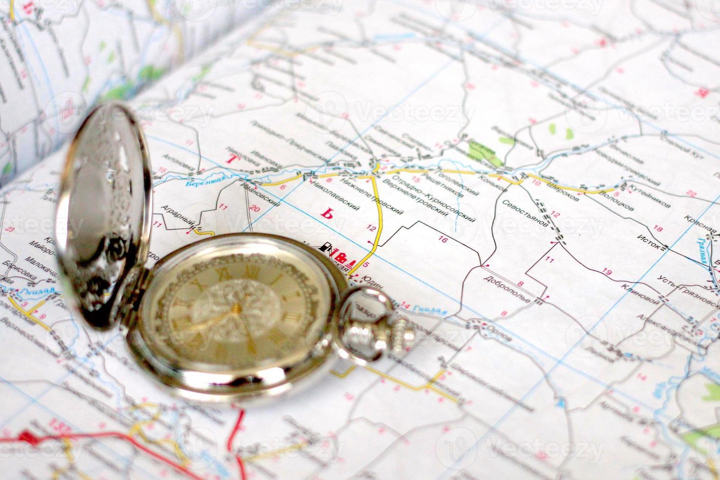 alte Uhr und geografische Karte foto