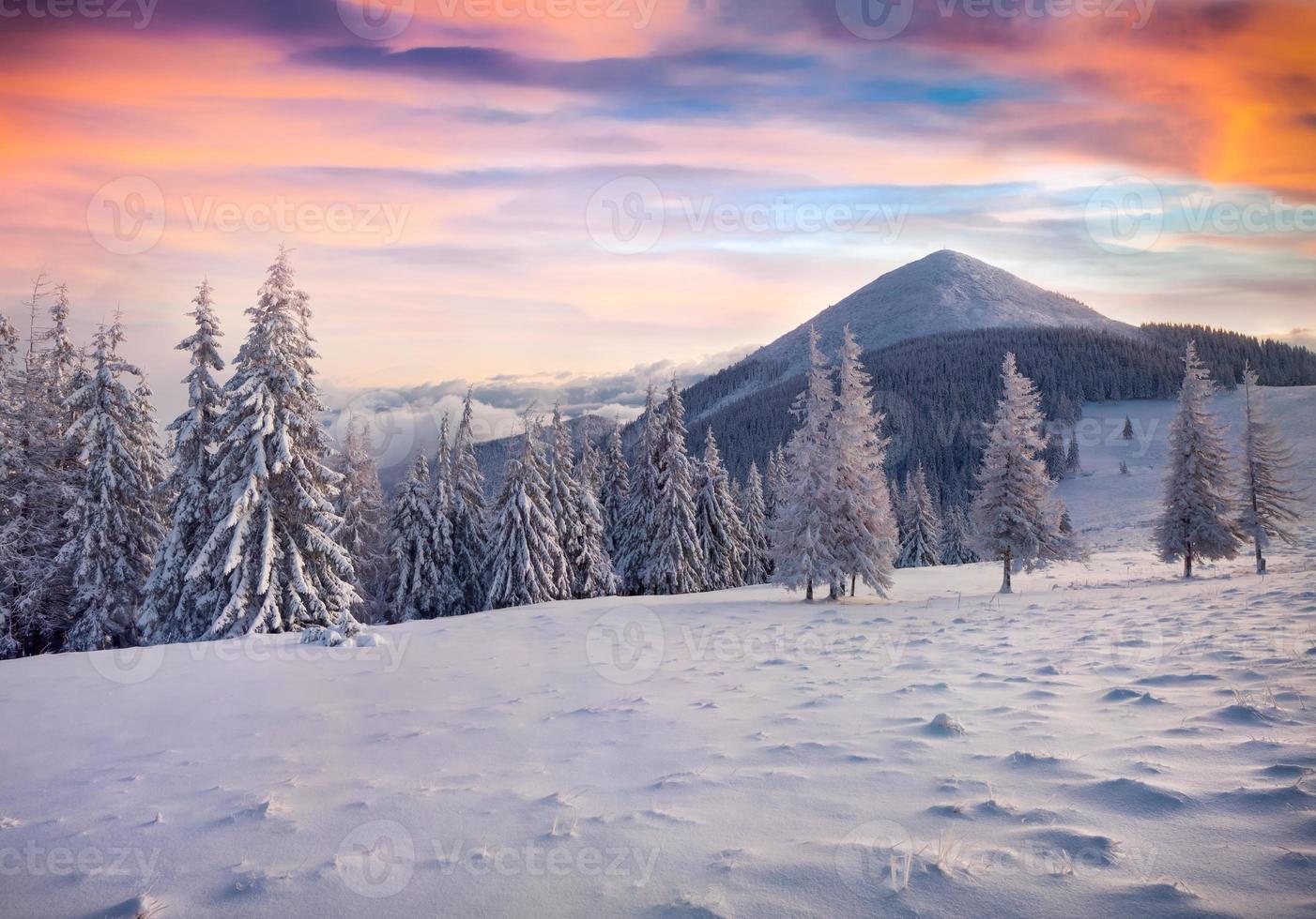 bunter Wintersonnenaufgang in den nebligen Bergen foto