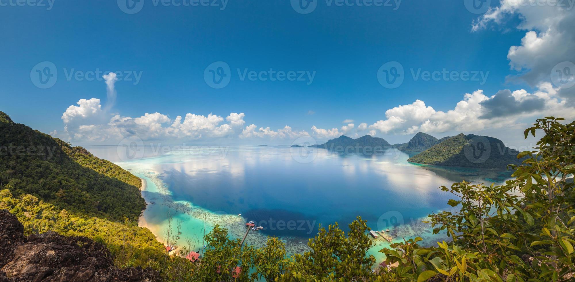 Panorama: Korallenriff und Inseln aus hohem Blickwinkel foto