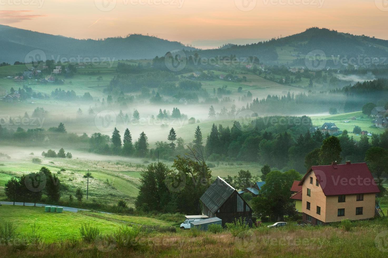 szenischer nebliger Morgen in der Berglandschaft foto