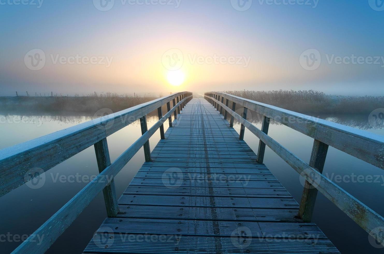 Brücke zur Sonnenaufgangssonne foto