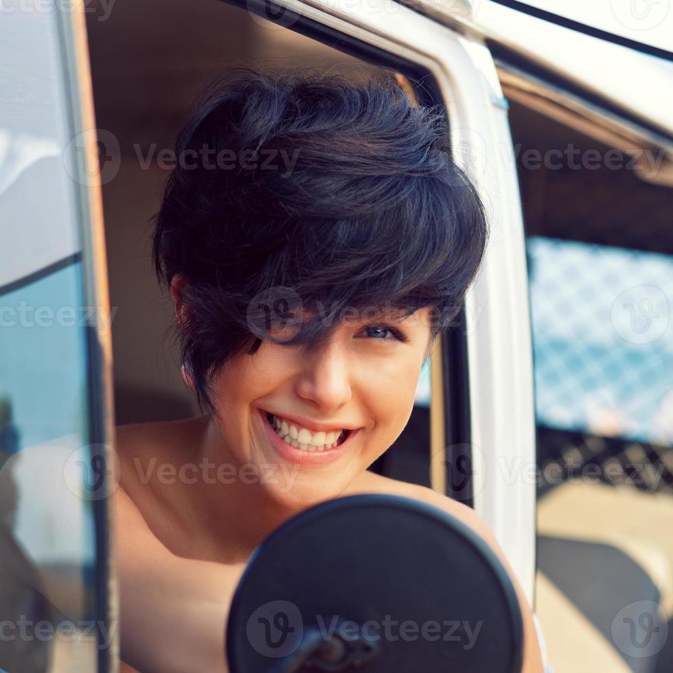 schönes junges Mädchen mit kurzem Haarschnitt und blauen Augen foto