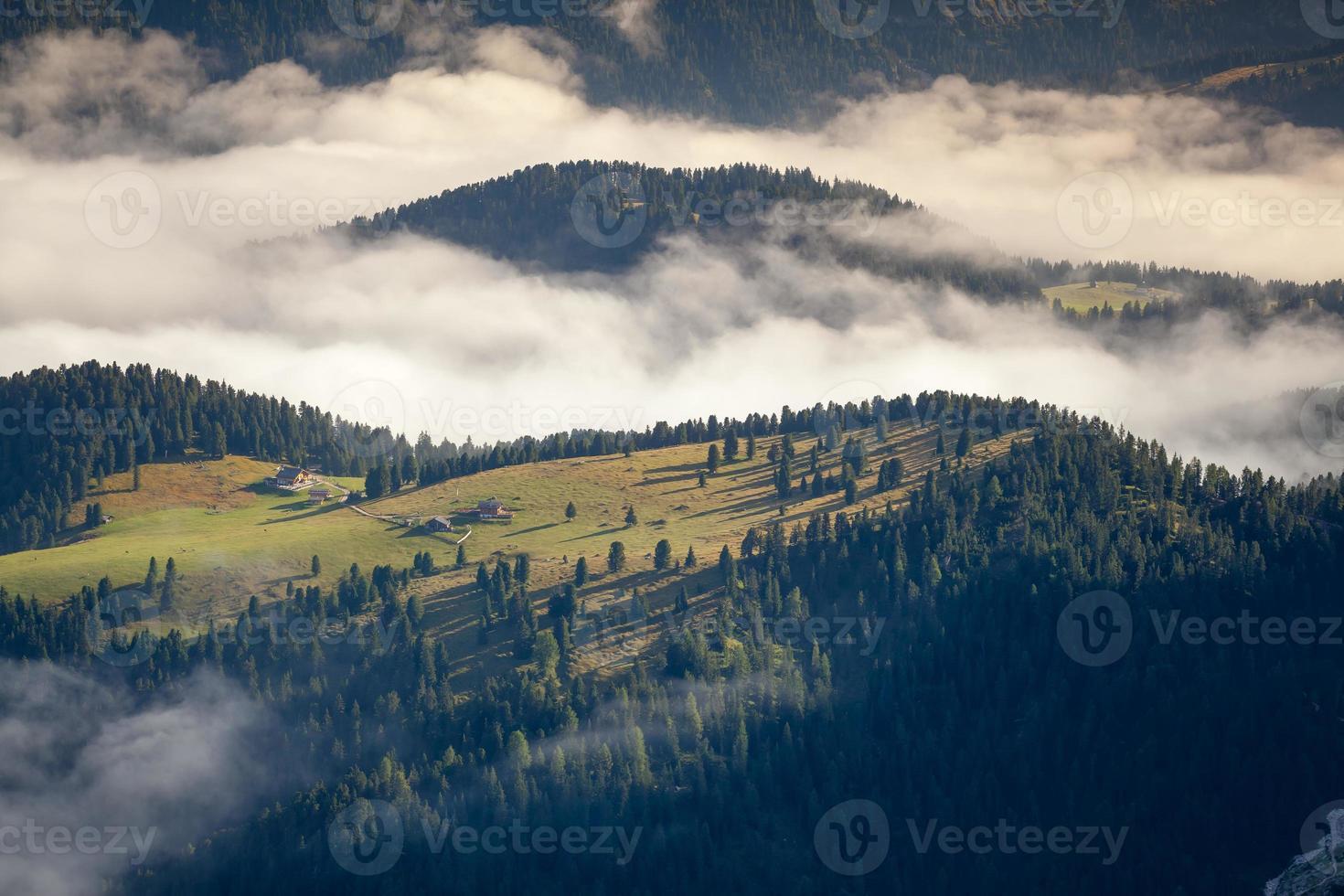 nebliger Sommersonnenaufgang in den italienischen Alpen. foto