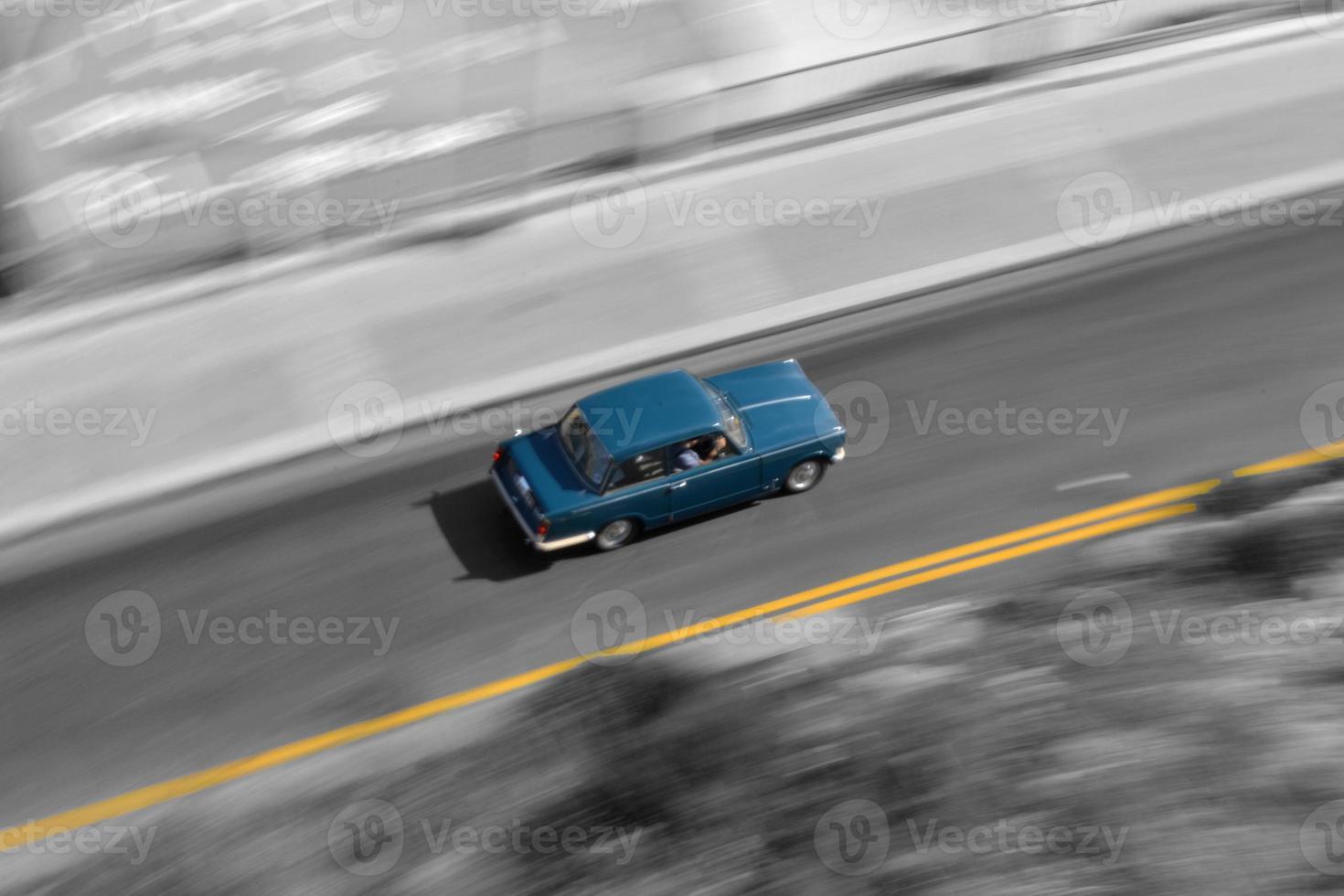 Fahren blaues Auto beschleunigen foto