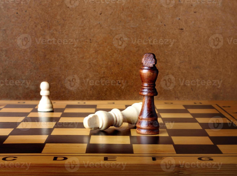 Ein Schachkönig dominiert einen anderen auf dem Schachbrett foto
