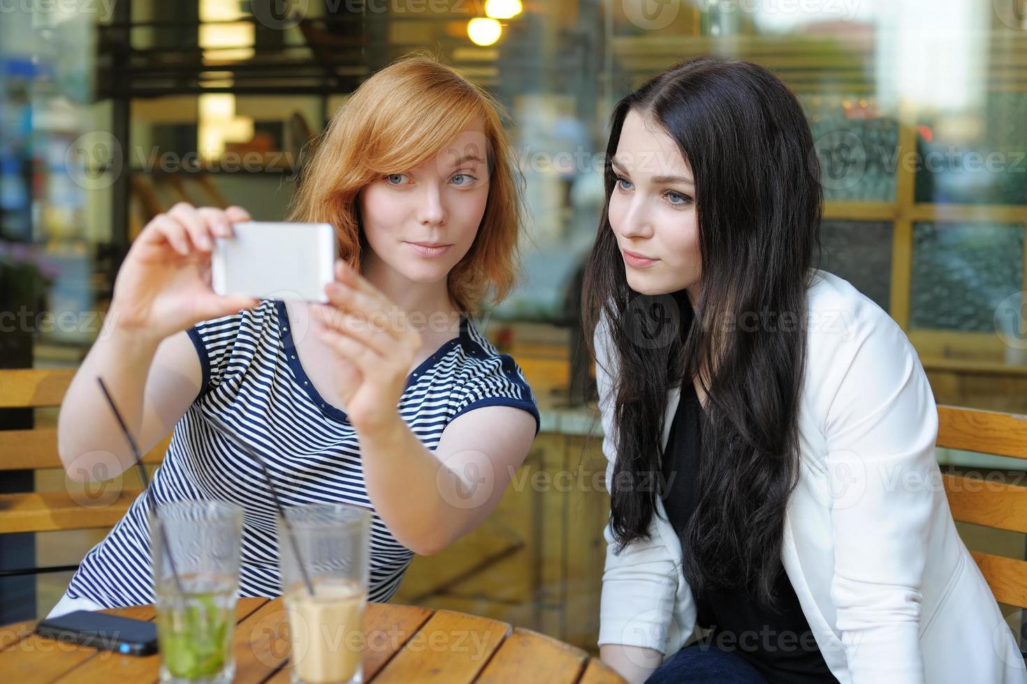zwei junge Mädchen machen Selfie foto