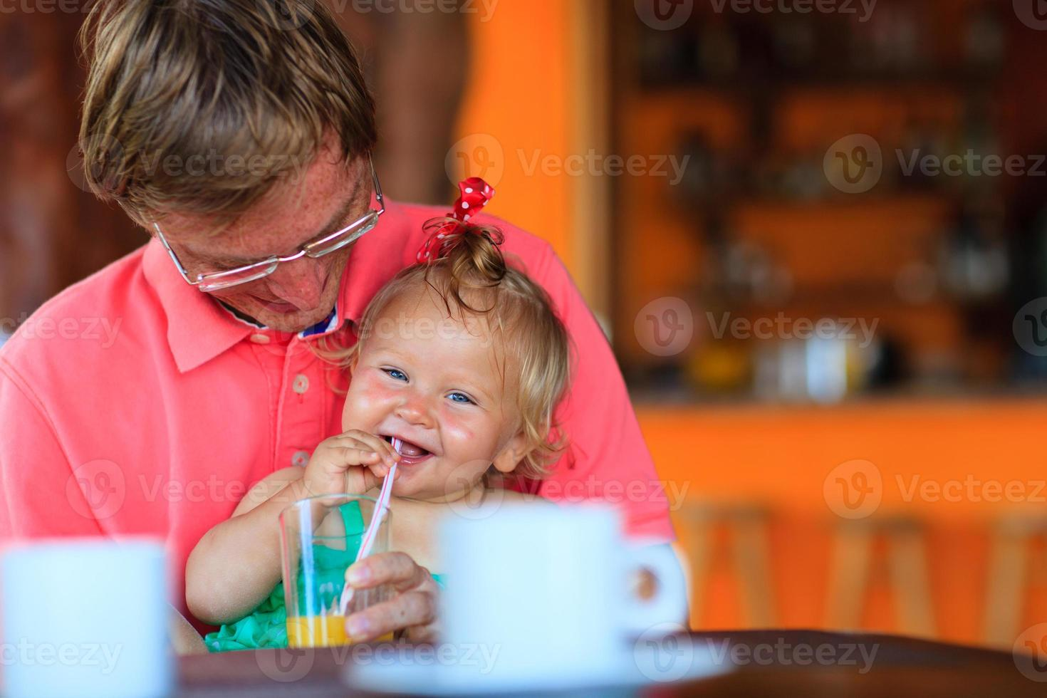 Vater und Tochter trinken im Cafe foto