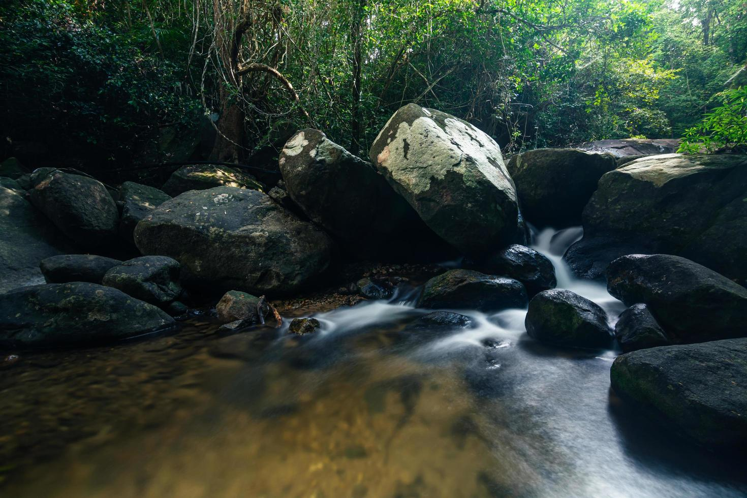 natürliche landschaft an den khlong pla kang wasserfällen foto